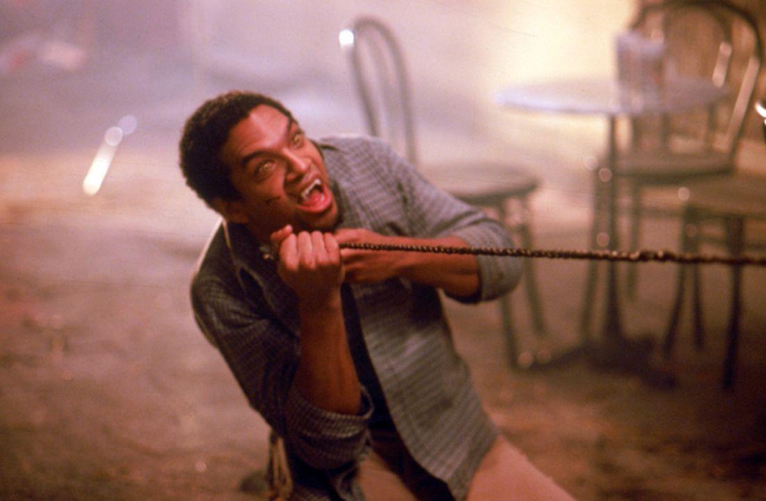 """Um auch vom """"ewigen Leben"""" kosten zu können, injiziert sich der Student Kenny (Khary Payton) Vampirblut und wird dadurch ebenfalls zu einem gemeine... - Bildquelle: Neo Art & Logic"""