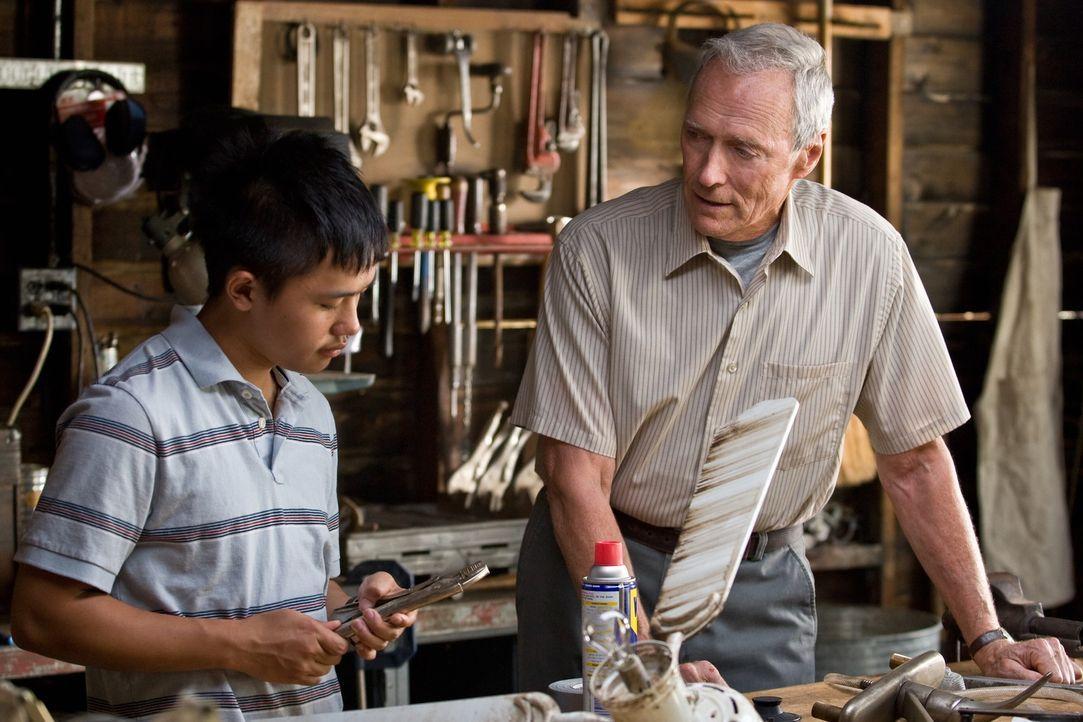 Als dem frustrierten Korea-Veteran Walt Kowalski (Clint Eastwood, r.) beinahe sein geliebtes Auto, ein 1972er Gran Torino, von einem asiatischen Tee... - Bildquelle: Warner Bros