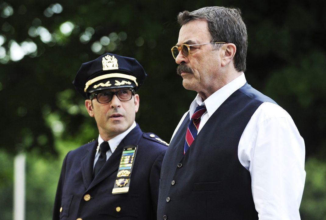 Frank (Tom Selleck, r.) und sein Kollege Dino Arbogast (John Ventimiglia, l.) trauern um einen Polizisten des NYPD, der bei einem Raubüberfall ums L... - Bildquelle: John Paul Filo 2013 CBS Broadcasting Inc. All Rights Reserved.