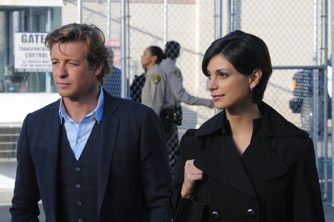 Patrick Jane (Simon Baker, l.) erhält einen Anruf von der ehemaligen Partnervermittlerin Erica Flynn (Morena Baccarin, r.), die im Gefängnis sitzt,... - Bildquelle: Warner Bros. Television