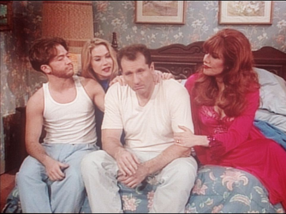 Bud (David Faustino, l.), Kelly (Christina Applegate, 2.v.l.) und Peggy (Katey Sagal, r.) versuchen, Al (Ed O'Neill) zu trösten, der nicht einmal b... - Bildquelle: Columbia Pictures