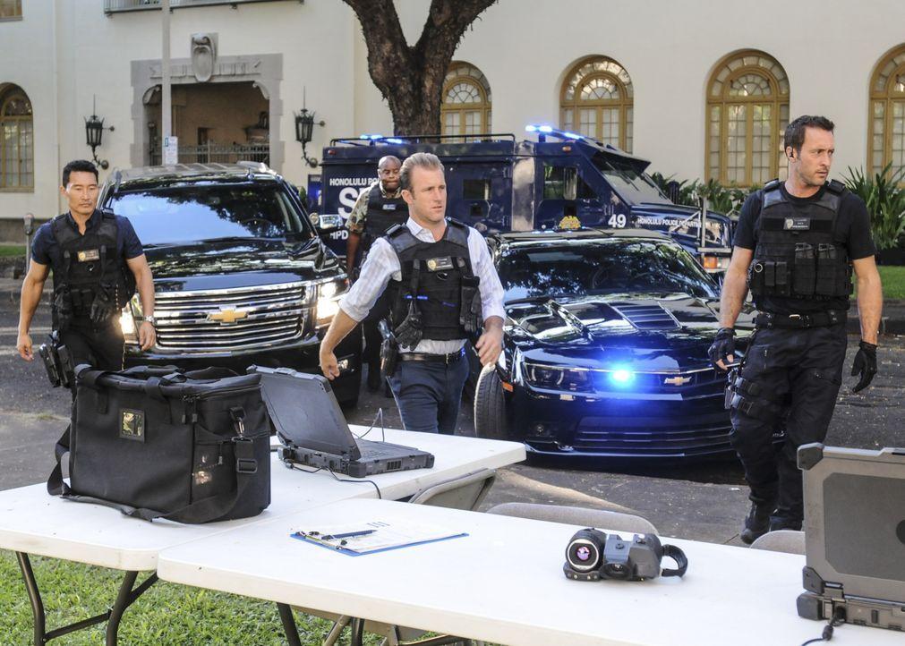 Mit harten Mitteln versucht ein Mann, der seinen Sohn bei einer Schießerei verloren hat, den Kauf von Waffen zu verhindern. Das Five-0 Team (v.l.n.r... - Bildquelle: Norman Shapiro 2016 CBS Broadcasting, Inc. All Rights Reserved