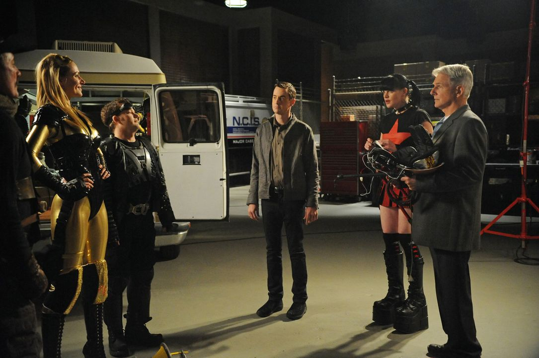 Bei den Ermittlungen in einem neuen Mordfall stoßen Gibbs (Mark Harmon, r.), Abby (Pauley Perrette, 2.v.r.) und McGee (Sean Murray, 3.v.r.) auf Tom... - Bildquelle: 2012 CBS Broadcasting Inc. All Rights Reserved.