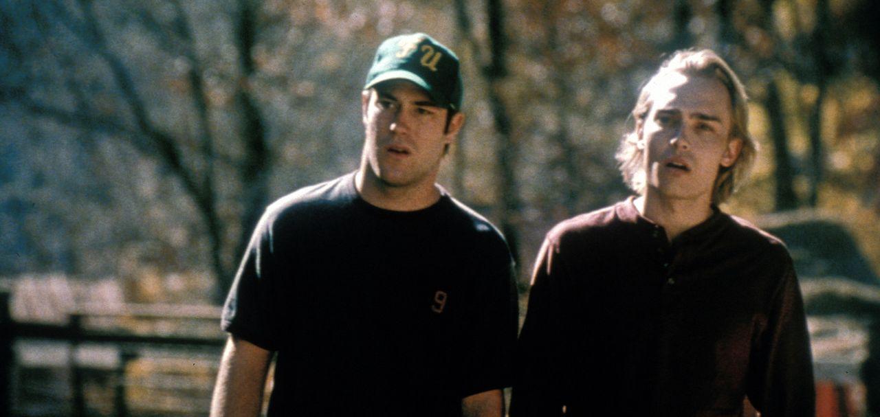 Eigentlich wollten die Studenten Jeff (Joey Kern, r.) und Bert (James DeBello, l.) nur ein paar erholsame Tage in den Bergen verbringen. Doch schon... - Bildquelle: Tiberius Film