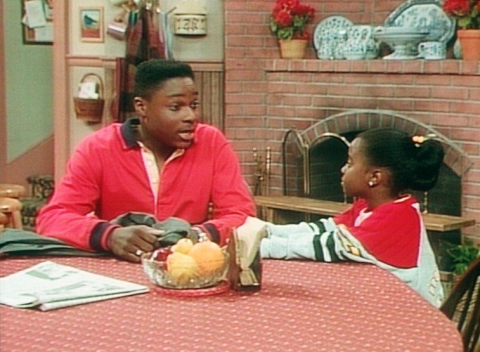 Theo (Malcolm-Jamal Warner, l.) tröstet Rudy (Keshia Knight Pulliam, r.) damit, dass er früher auch nicht immer tragen durfte, was er wollte. - Bildquelle: Viacom