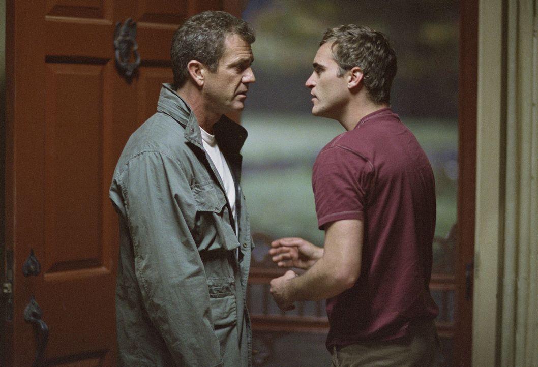 Nach dem Unfalltod seiner Frau hat Graham Hess (Mel Gibson, l.) den Talar und seinen Glauben abgelegt und lebt nun mit Bruder (Joaquin Phoenix, r.)... - Bildquelle: Touchstone Pictures