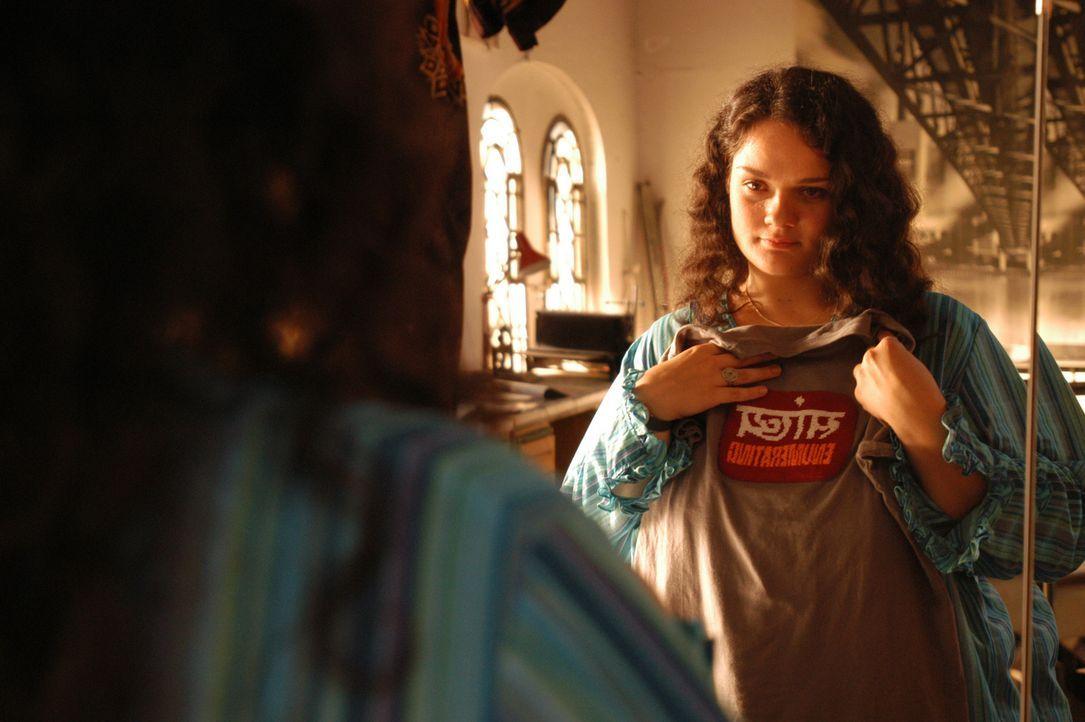 Endlich entschließt sich Alma (Katrin Filzen), sich voll und ganz auf den gut aussehenden Stefan einzulassen. Schick gekleidet und mit Kondomen bew... - Bildquelle: Willi Weber ProSieben