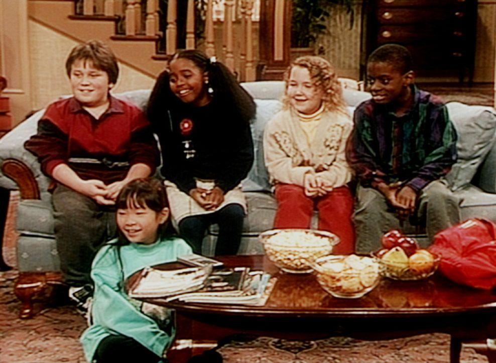 Rudy (Keshia Knight Pulliam, M.) und ihre Freunde amüsieren sich über die Videofilme, die ihnen Cliff mitgebracht hat, obwohl das alles ja nur Kin... - Bildquelle: Viacom