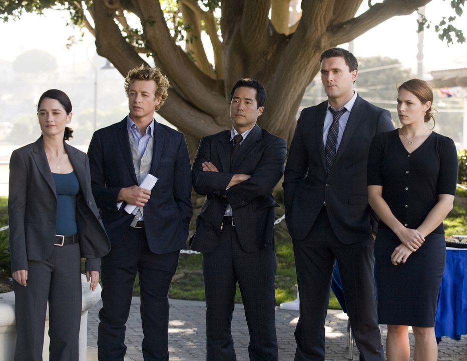 Müssen einen neuen Mordfall aufklären: Teresa Lisbon (Robin Tunney, l.), Patrick Jane (Simon Baker, 2.v.l.), Kimball Cho (Tim Kang, M.), Wayne Rigsb... - Bildquelle: Warner Bros. Television