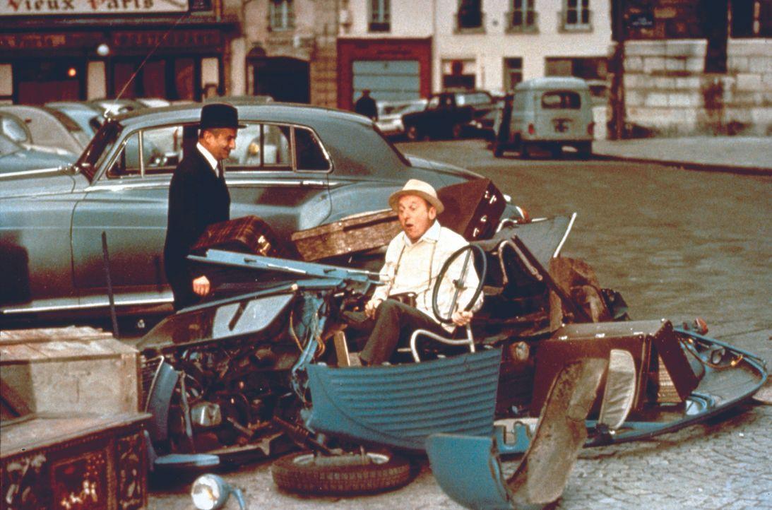 Léopold Saroyan (Louis de Funès, l.) hat den Wagen von  Antoine Maréchal (André Bourvil, r.) gerammt - und das nicht ohne Grund ... - Bildquelle: Royal Films International