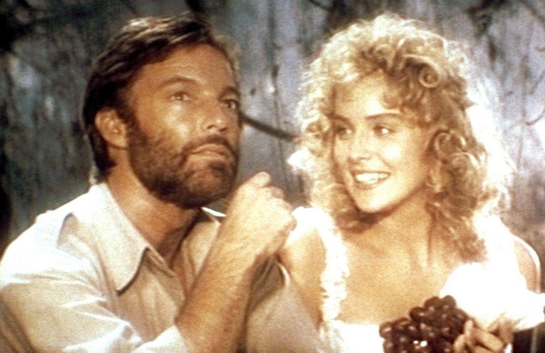Die hübsche Jessie Huston (Sharon Stone, r.) heuert den bekannten Abenteurer Allan Quatermain (Richard Chamberlain, l.) an, um ihren verschollenen... - Bildquelle: Cannon Group