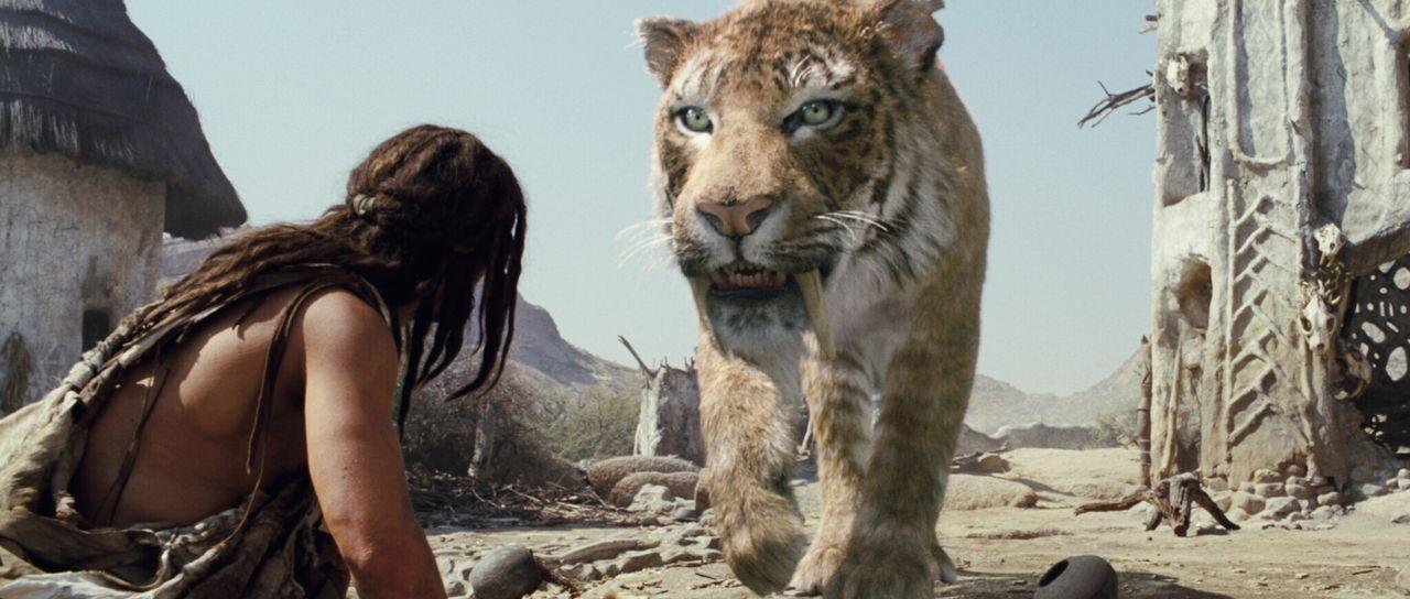 Nicht nur der Säbelzahntiger, sondern auch andere prähistorische Raubtiere trachten ihm nach dem Leben: Auf seiner Verfolgungsjagd lernt D'Leh (St... - Bildquelle: Warner Brothers