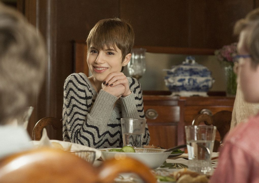Endlich: Nicky (Sami Gayle) bekommt weiter Fahrunterricht. Nur ihre Mutter Erin kann den Job nicht mehr machen ... - Bildquelle: Jojo Whilden 2013 CBS Broadcasting Inc. All Rights Reserved.