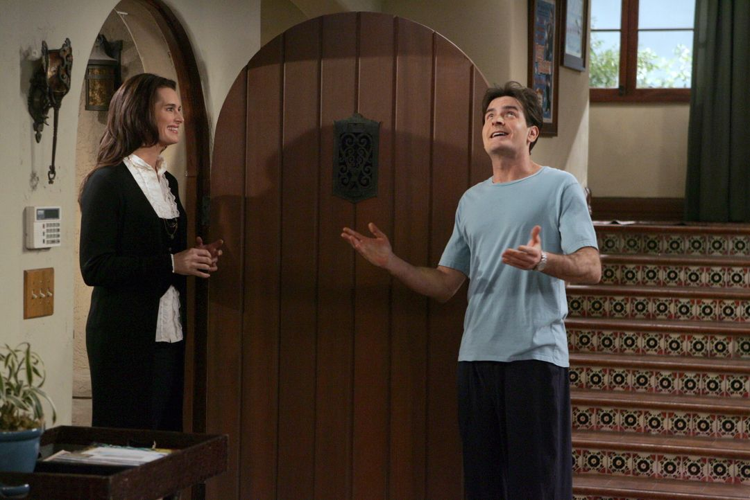 Charlie (Charlie Sheen, r.) will Danielle (Brooke Shields, l.)  und Alan verkuppeln, damit Alan zu ihr zieht und er sein haus wieder für sich hat.... - Bildquelle: Warner Brothers Entertainment Inc.