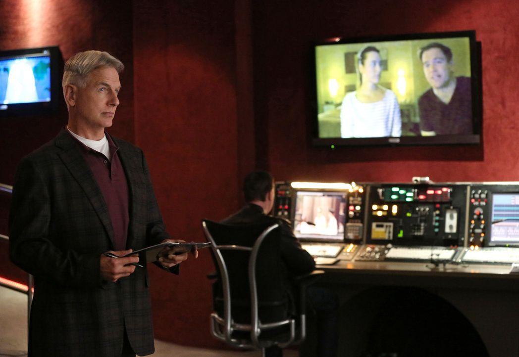 Während das Team um Gibbs (Mark Harmon, l.) und McGee (Sean Murray, 2.v.l.) den Mord an einem Offizier in Virginia untersucht, reisen Tony (Michael... - Bildquelle: CBS Television