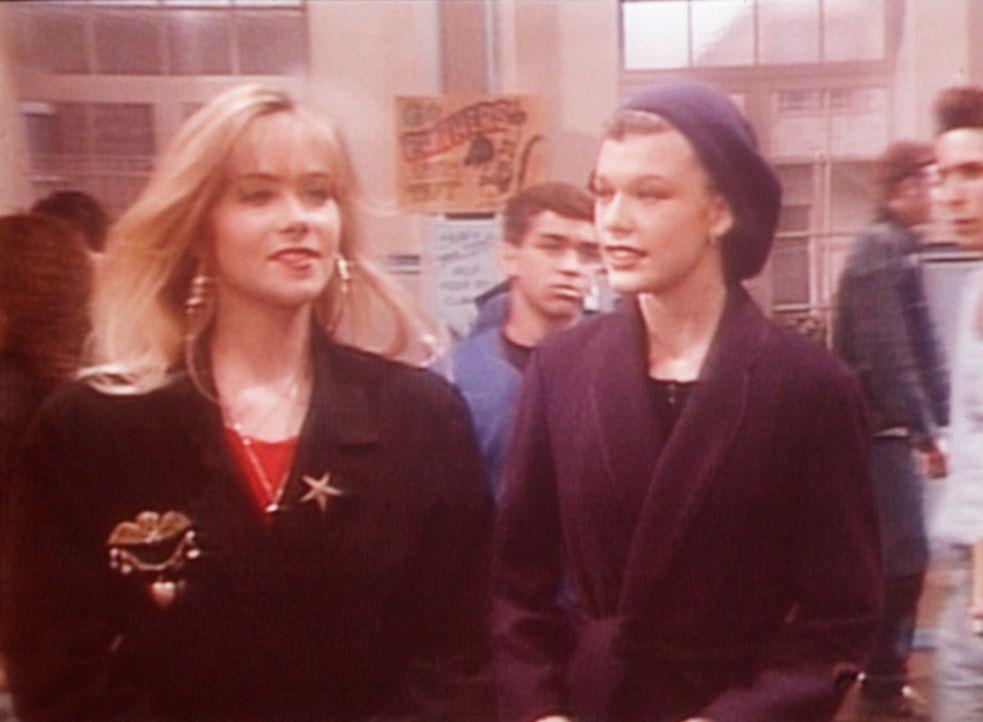 Kelly (Christina Applegate, l.) führt die französische Austauschschülerin Yvette (Milla Jovovich, r.) in ihrer Schule herum. - Bildquelle: Columbia Pictures