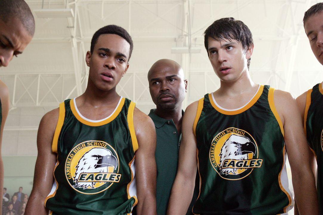 Rückblende: Harold (Eugene Jones, l.) und Ted (Nicholas D'Agosto, r.) stehen vor einem wichtigen Spiel ... - Bildquelle: Warner Bros. Entertainment Inc.