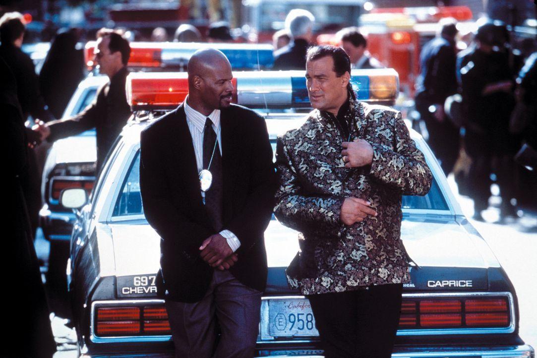 Mit seinem neuen Kollegen Jim Campbell (Keenen Ivory Wayans, l.), den Jack Cole (Steven Seagal, r.) aber nicht ausstehen kann, macht er eine grausig... - Bildquelle: Warner Bros. Pictures