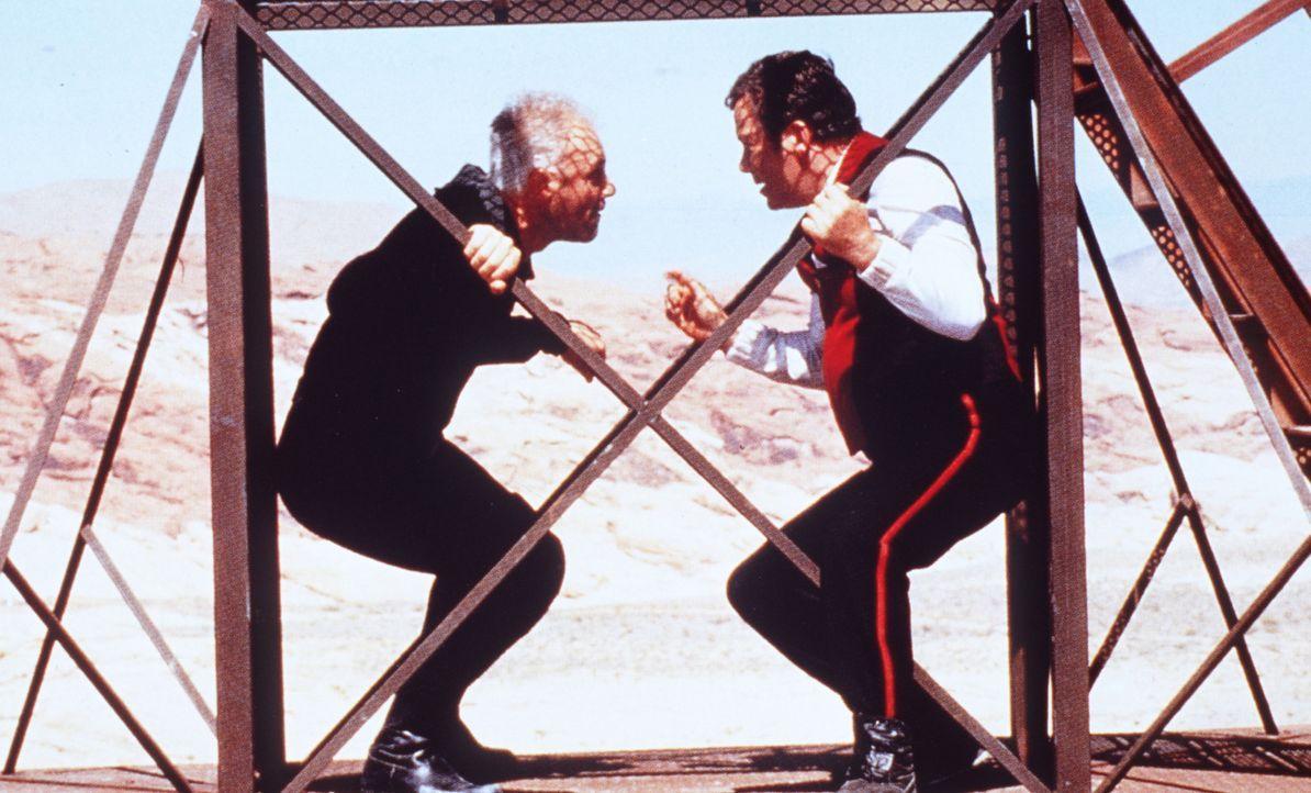 Captain Kirk (William Shatner, r.) kämpft gegen den fanatischen Dr. Soran (Malcolm McDowell, l.), der bereit ist, ein bewohntes Sonnensystem zu ver... - Bildquelle: Paramount Pictures