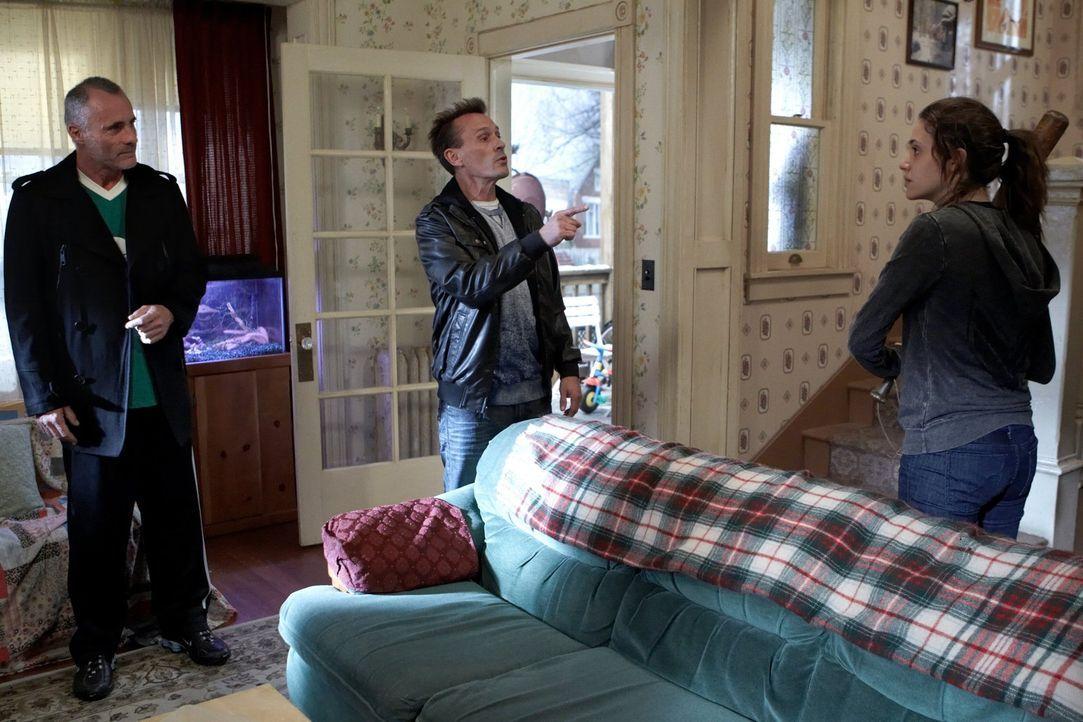 Eine letzte Warnung an Fiona (Emmy Rossum, r.), dann greifen die beiden Gangster (Robert Knepper, M., Timothy V. Murphy, l.) hart durch ... - Bildquelle: 2010 Warner Brothers