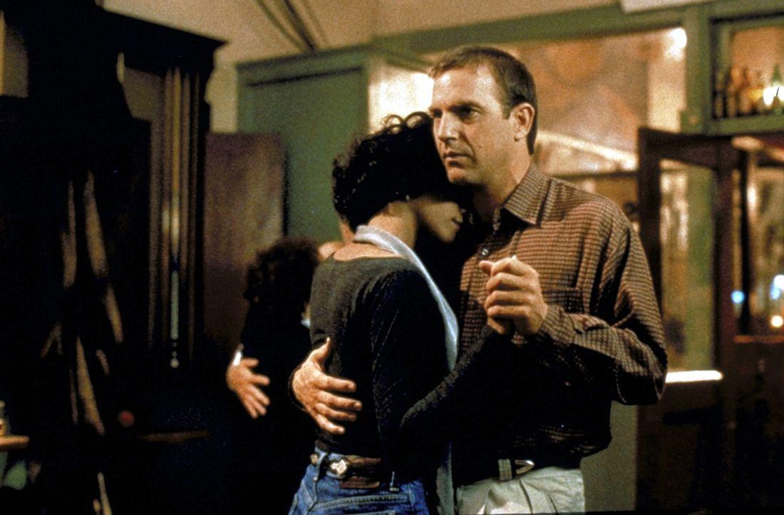 Nach anfänglichen Missverständnissen entwickeln sich schon bald tiefere Gefühle zwischen dem Star Rachel Marron (Whitney Houston, l.) und ihrem Leib... - Bildquelle: Warner Bros.