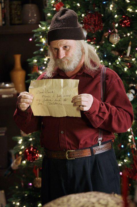 Der angebliche Santa Claus (Gordon Clapp) zeigt Melinda einen Brief von einen frustrierten Jungen, dessen größter Wunsche es ist, endlich wieder meh... - Bildquelle: ABC Studios