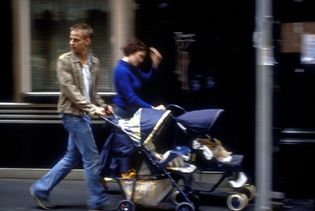 Um nicht in sein tristes Heimatdorf zurückkehren zu müssen, stellt Oliver (Tom Wlaschiha) sich ganz in den Dienst seiner Männlichkeit ... - Bildquelle: David Bloomer ProSieben