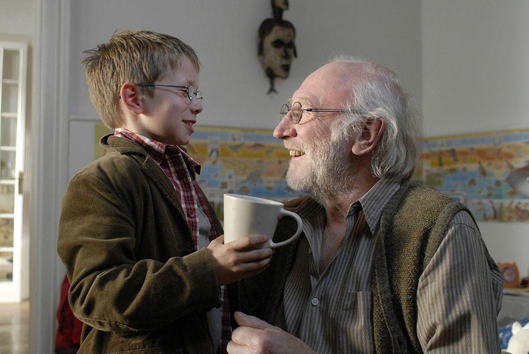 Tim (Lukas Schust, l.) liebt seinen Opa (Karl Merkatz, r.) über alles und kümmert sich um ihn. - Bildquelle: Martin Menke Sat.1