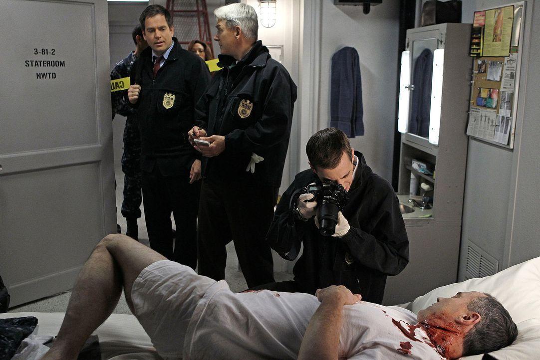Das Team wird auf die USS Colonial gerufen, wo Commander Reynolds erschossen in seiner Koje aufgefunden wurde: DiNozzo (Michael Weatherly, l.), Gibb... - Bildquelle: CBS Television