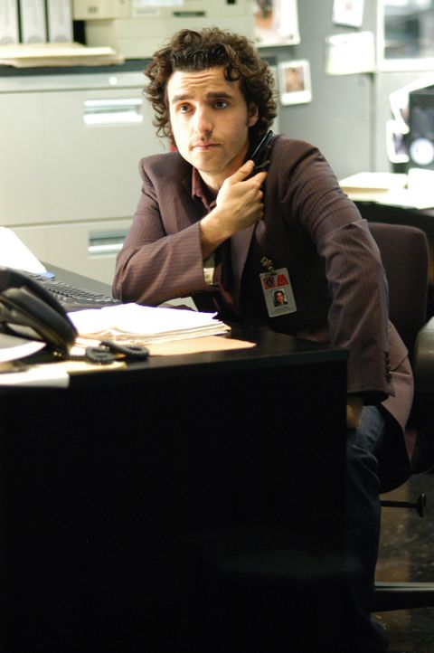Charlie (David Krumholtz) ist seinem Bruder bei einem neuen Fall behilflich ... - Bildquelle: Paramount Network Television