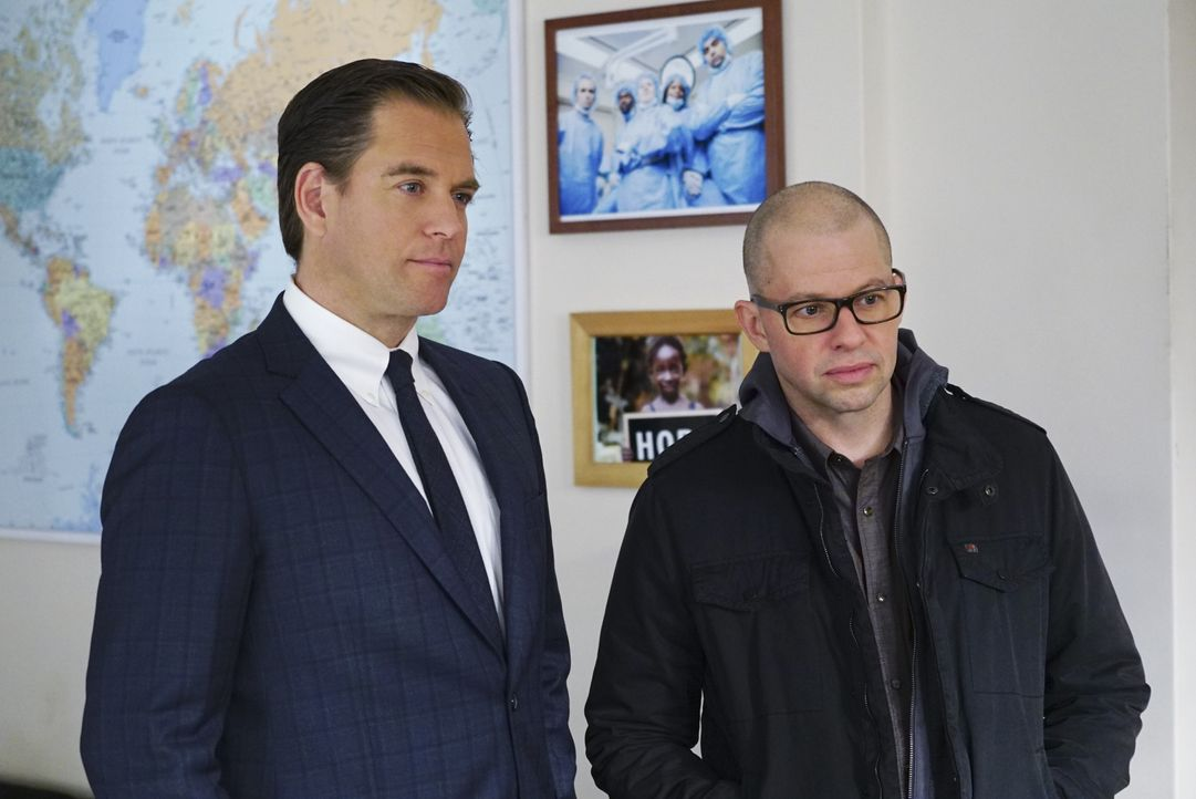 Ermitteln gemeinsam in einem neuen Fall: Tony (Michael Weatherly, l.) und Doktor Cyril Taft (Jon Cryer, r.) ... - Bildquelle: Sonja Flemming 2016 CBS Broadcasting, Inc. All Rights Reserved / Sonja Flemming