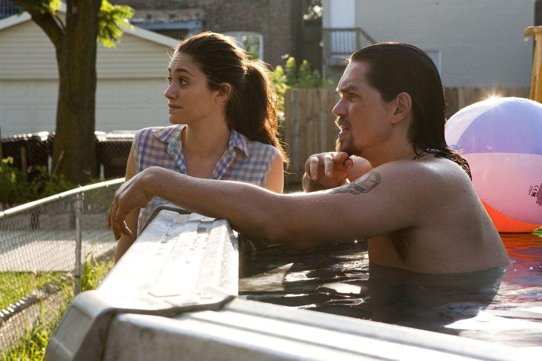 Die Zeit Franks bei den Jacksons ist gezählt. Das findet nicht nur Fiona (Emmy Rossum, l.) doof, auch Nachbar Kevin (Steve Howey, r.) ist genervt ... - Bildquelle: 2010 Warner Brothers