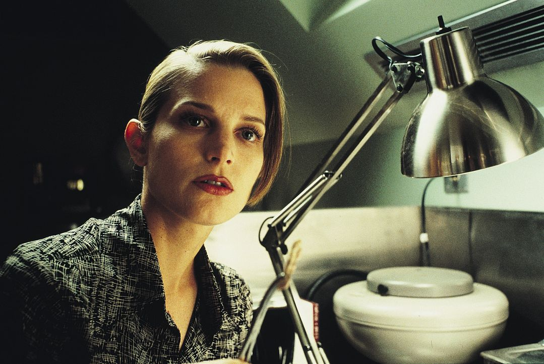 Während das Ungeheuer weiter tötet, ist sich Paläontologin Kelly (Bridget Fonda) sicher: Es gibt einen Grund, warum es so monströs gewachsen ist und... - Bildquelle: Tobis Film