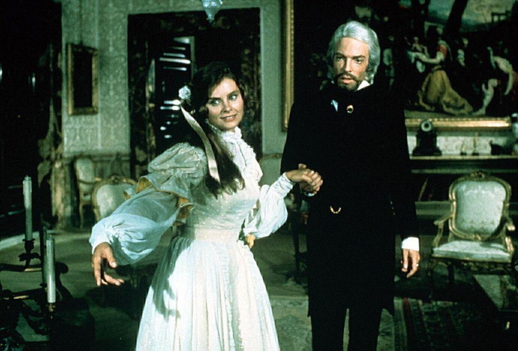 Edmond Dantes (Richard Chamberlain, r.) liebt die schöne Katalanin Mercedes (Kate Nelligan, l.), die Hochzeit des Paares ist beschlossene Sache. Da... - Bildquelle: National Broadcasting Company (NBC)