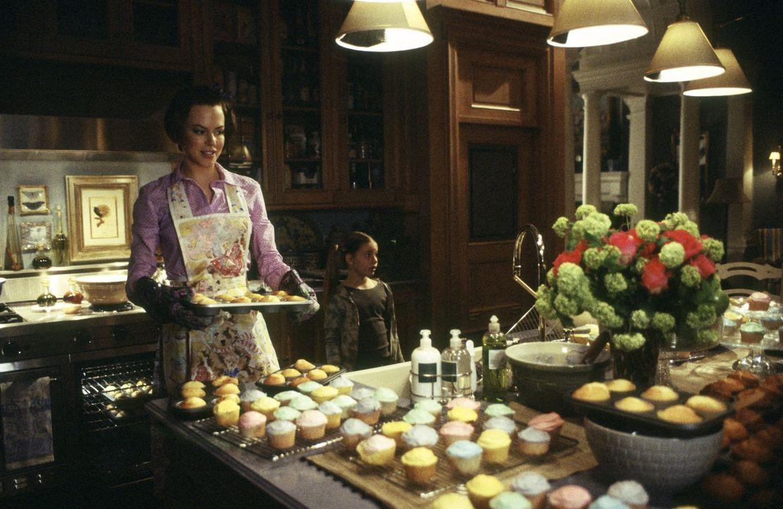 Joanna Eberhart (Nicole Kidman) zieht gemeinsam mit ihrem Mann von Manhattan in den noblen Vorort Stepford. Hier freundet sie sich mit der sarkastis... - Bildquelle: Andrew Schwartz TM & Copyright   2004 by DreamWorks LLC and Paramount Pictures Corporation.  All Rights Reserved.