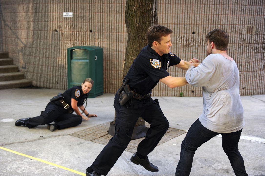 Jamie (Will Estes, r.) und Eddie sollen den öffentlichen Streit zwischen einem Paar schlichten. Als der Mann (Noah Fleiss, r.) seine Aggressionen au... - Bildquelle: Jeffrey R. Staab 2014 CBS Broadcasting Inc. All Rights Reserved.