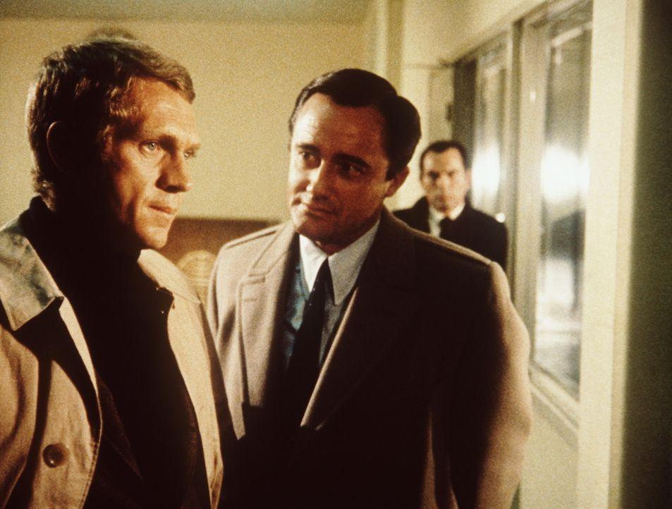 Der ehrgeizige Politiker Chalmers (Robert Vaughn, M.) setzt den Polizeileutnant Frank Bullitt (Steve McQueen, l.) gewaltig unter Druck ... - Bildquelle: Warner Bros.
