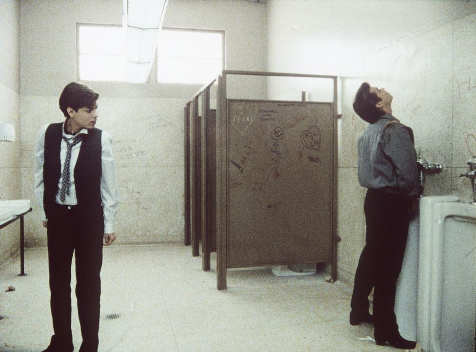 Im Stehen oder Sitzen? Der Gang zur Toilette stellt Terry (Joyce Hyser, l.) vor ungeahnte Probleme ... - Bildquelle: Columbia Pictures