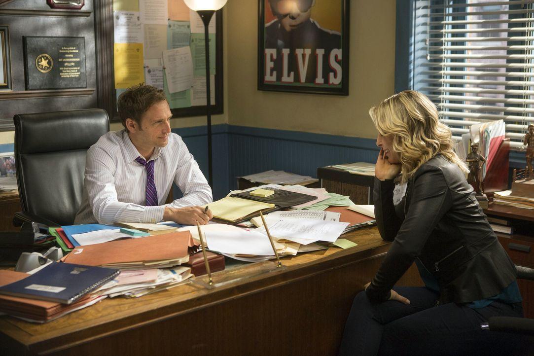 Während der Ermittlungen in einem neuen Fall, entspinnt sich eine interessante Chemie zwischen Jake (Josh Lucas, l.) und Angela (Anastasia Griffith,... - Bildquelle: Warner Bros. Entertainment, Inc.