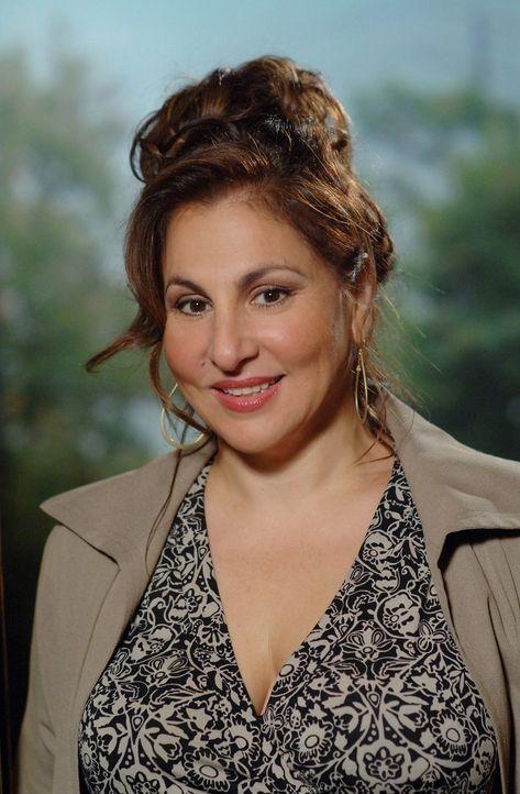 Wird Dr. Mildred French (Kathy Najimy) nicht nur Charlies Boss, sondern auch seine Stiefmutter? - Bildquelle: Paramount Network Television