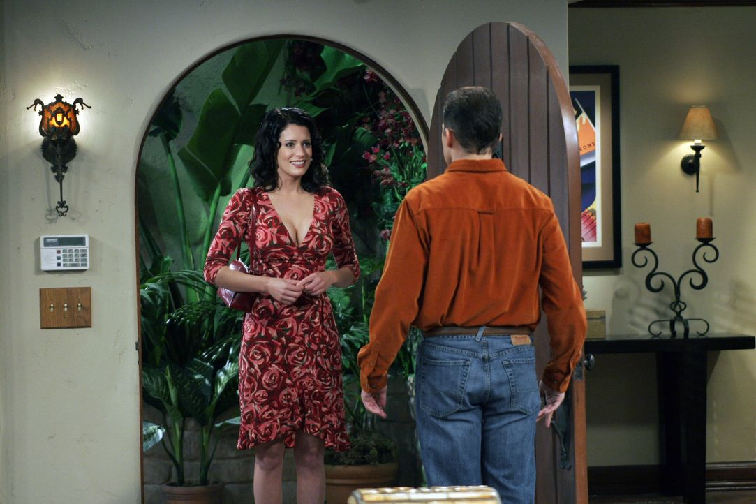 Jamie (Paget Brewster, l.) kommt zu Besuch, um sich bei Charlie und Alan (Jon Cryer, r.) zu rächen ... - Bildquelle: Warner Bros. Television