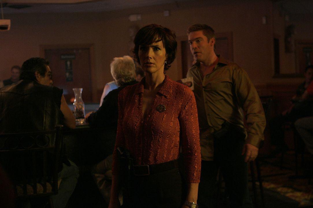 Als einer der Ranger in einen Doppelmord verwickelt wird, versucht Kay Austin (Janine Turner), Expertin der Spurensicherung, in einem gnadenlosen We... - Bildquelle: CBS Television