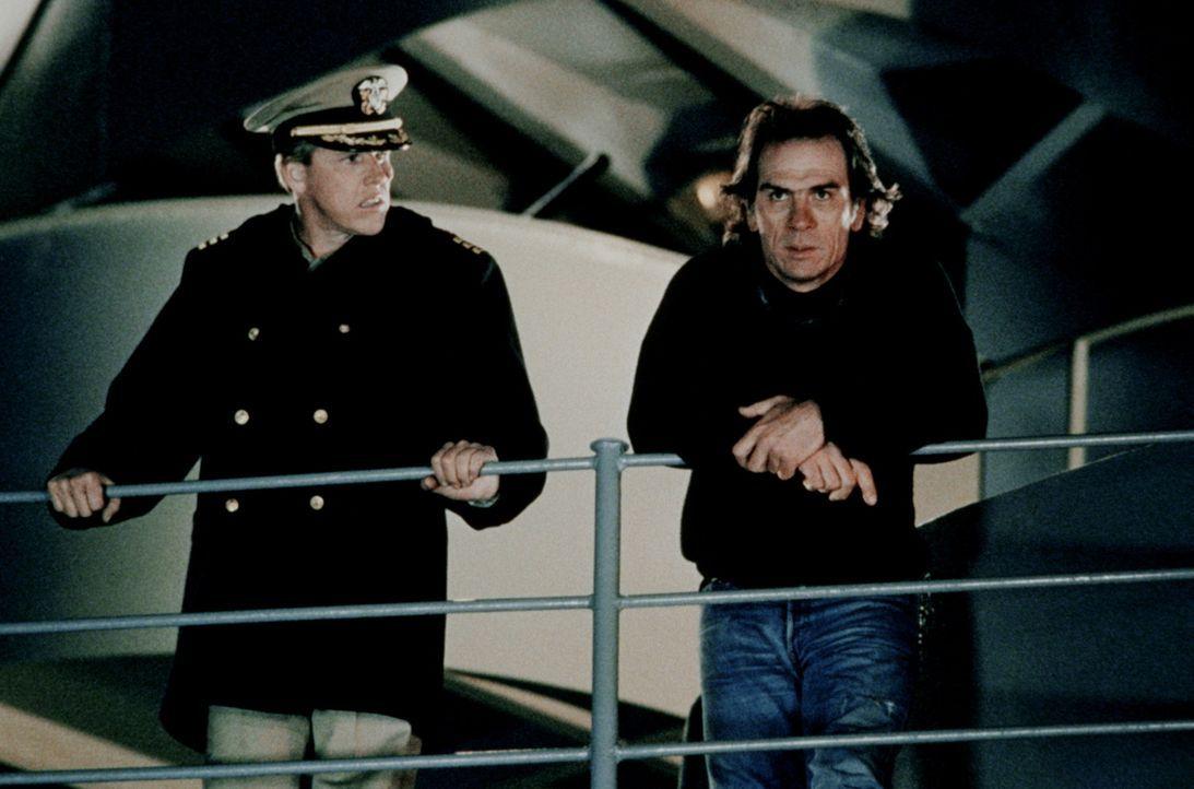 Der geniale Terrorist Strannix (Tommy Lee Jones, r.) kapert mit Hilfe des verräterischen ersten Offiziers, Commander Krill (Garey Busey, l.), die U... - Bildquelle: Warner Bros.