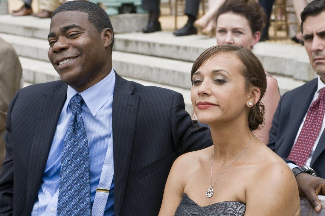 Paul (Tracy Morgan, l.) ist davon überzeugt, dass ihn seine Frau Debbie (Rashida Jones, r.) betrügt und schreckt vor nichts zurück, um an Beweise zu... - Bildquelle: 2010 Warner Bros.