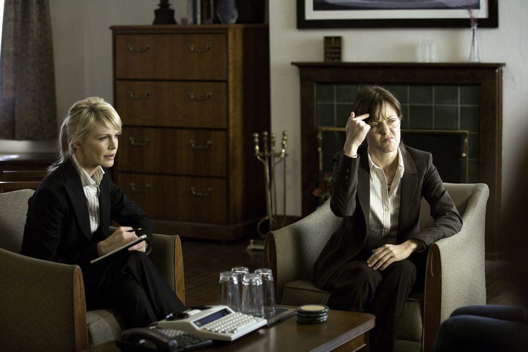 Um einen neuen Fall lösen zu können, muss Lilly (Kathryn Morris, l.) Dean Vivian Hudson (Lilly Birdsell, r.) befragen ... - Bildquelle: Warner Bros. Television