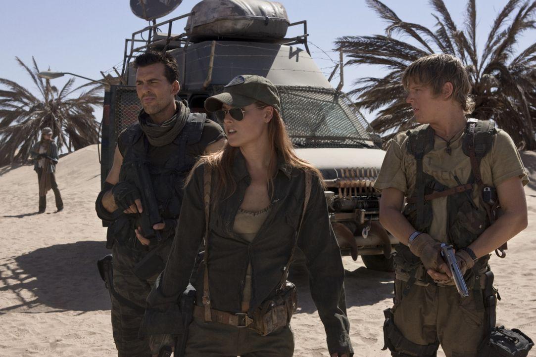 Claire (Ali Larter, M.), Carlos (Oded Fehr, l.) und Mikey (Christopher Egan, r.) sind auf der Flucht nach Alaska - dort soll es einen Ort geben, wo... - Bildquelle: Constantin Film