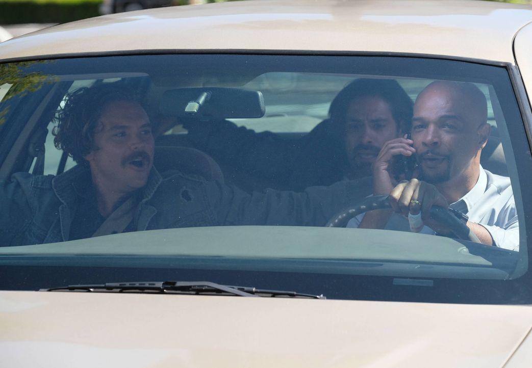 Nachdem es auf der Beerdigung des Drogenbosses Tito zur totalen Eskalation zwischen dem Kartell und Riggs (Clayne Crawford, l.) kommt, entkommt dies... - Bildquelle: Warner Brothers