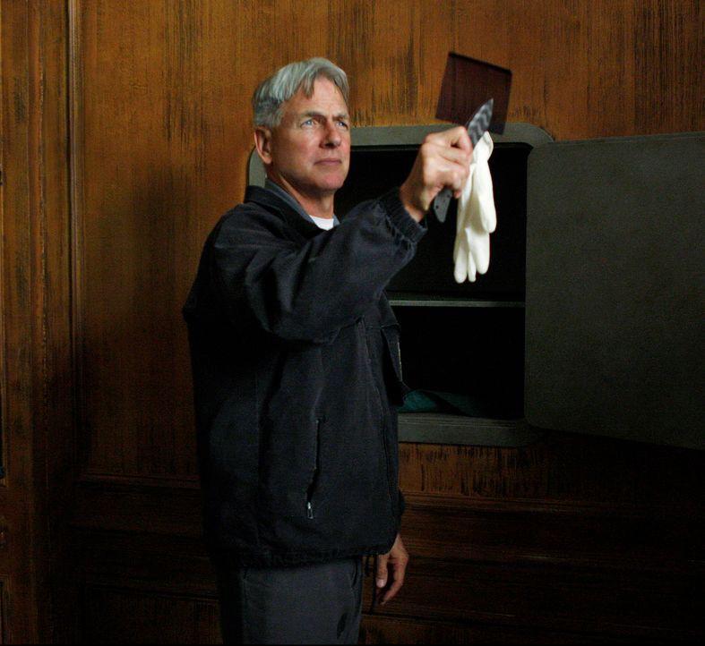 Navy Lieutenant Jeffrey Hutton wird am Steuer seines Wagens tot aufgefunden. Bis auf Weiteres bleibt die Todesursache ein Rätsel, denn der Lieutenan... - Bildquelle: CBS Television