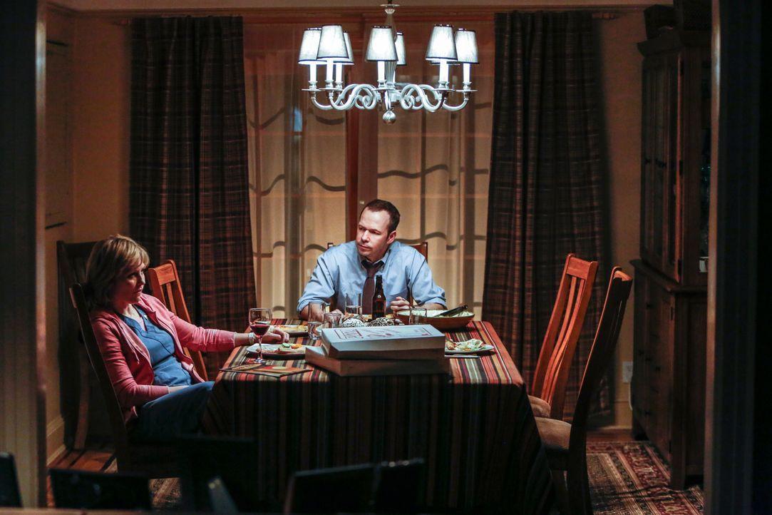 Ein klärendes Gespräch? Statt sich wieder zu vertragen, verlassen Linda (Amy Carlson, l.) und Danny (Donnie Wahlberg, r.) den Essenstisch getrennt .... - Bildquelle: Craig Blankenhorn 2013 CBS Broadcasting Inc. All Rights Reserved.