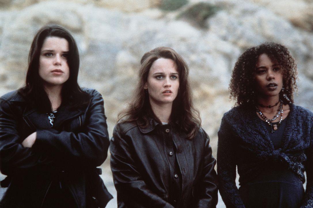 Sarah (Robin Tunney, M.), Rochelle (Rachel True, r.) und Bonnie (Neve Campbell, l.) merken bald, dass Nancy dem Bösen verfallen ist. Und auch Bonni... - Bildquelle: Copyright   1996 Columbia Pictures Industries, Inc. All Rights Reserved.